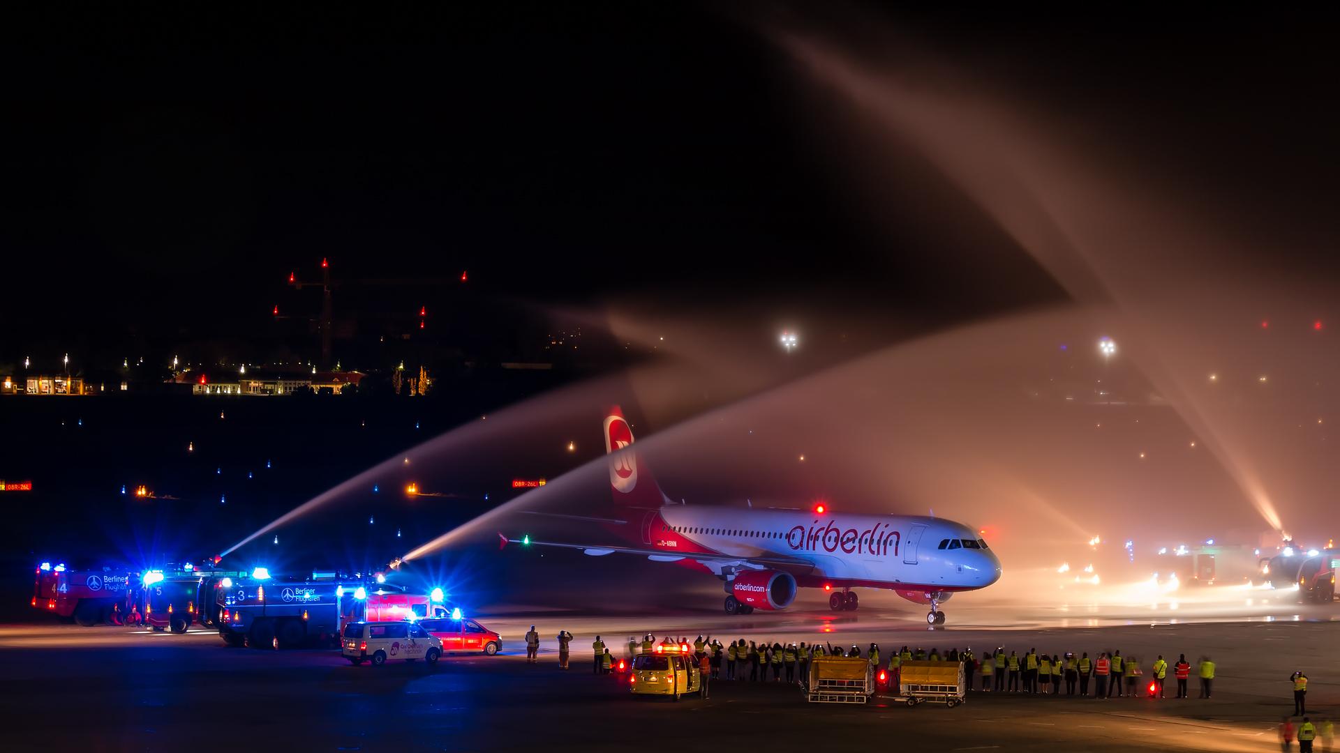 Bild der Boeing 320, welche am Abend des 27. Oktobers 2017 um 22:47 als letzter Air Berlin Flug am Flughafen Berlin Tegel eintrifft und begeistert empfangen wird
