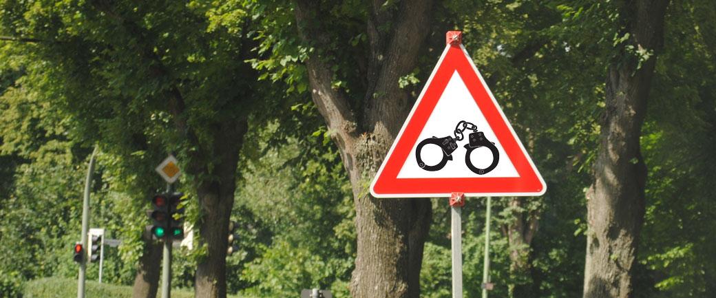 Foto: Fotomontage mit Verkehrszeichen als Symbolbild für Insolvenzstraftaten