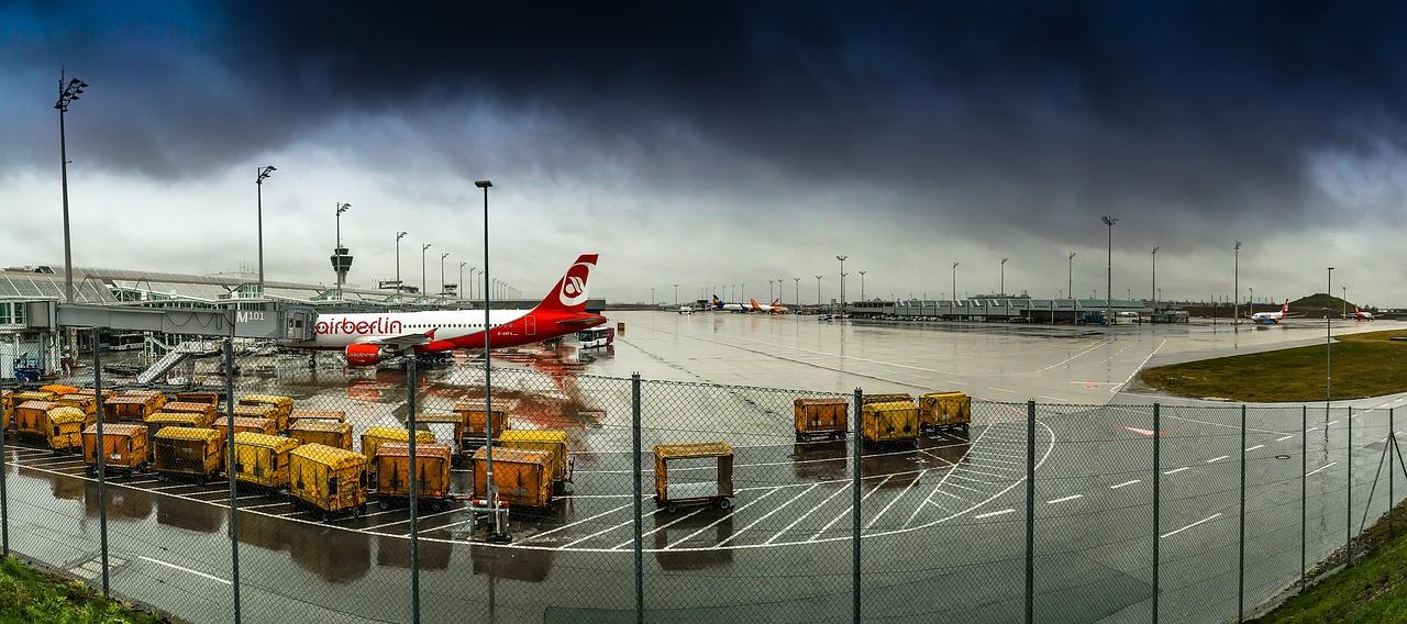 Foto von einem Air Berlin Airbus unter dunklen Wolken auf dem Münchener Flughafen als Symbolbild für die heranziehende Air Berlin Insolvenz