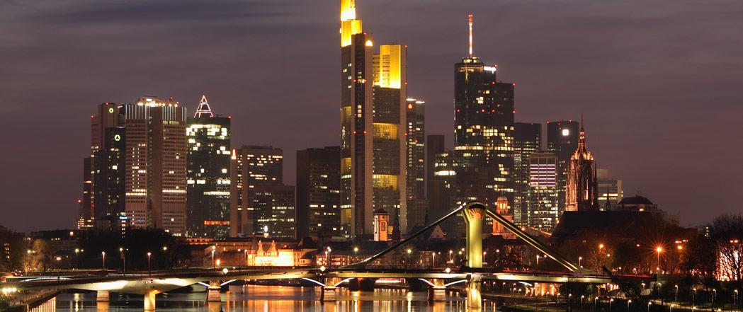Symbolbild: Skyline Bankenviertel Frankfurt am Main nachts
