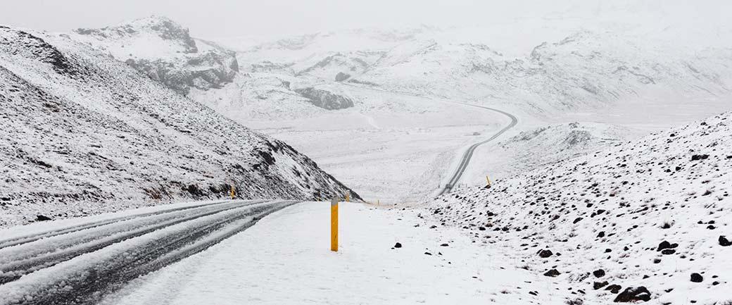 Symbolbild: Foto einer verschneiten Straße im Winter